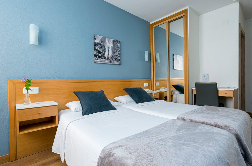 Habitación doble con paredes azules