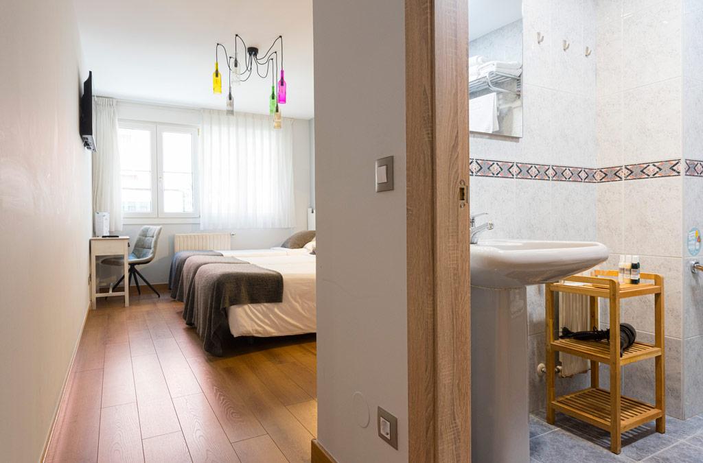 Amplia Habitación doble decorada en tonos neutros en Hotel Costa Verde