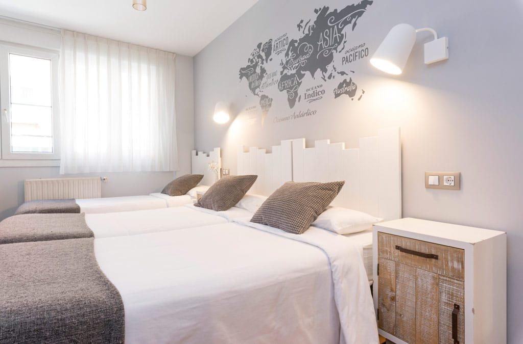 Amplia Habitación triple decorada en tonos neutros en Hotel Costa Verde