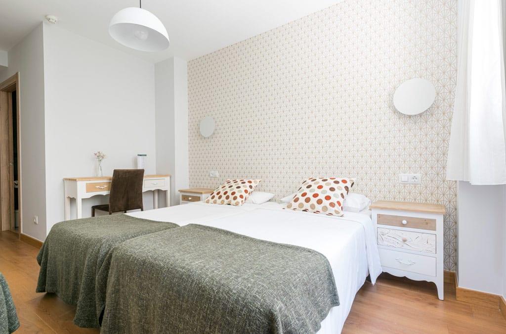 Habitación doble decorada en tonos neutros en Hotel Costa Verde