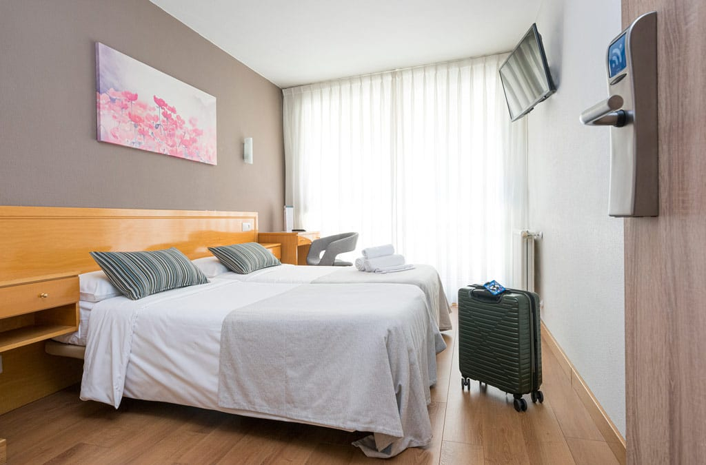 Habitación doble decorada en tonos grises en Hotel Costa Verde