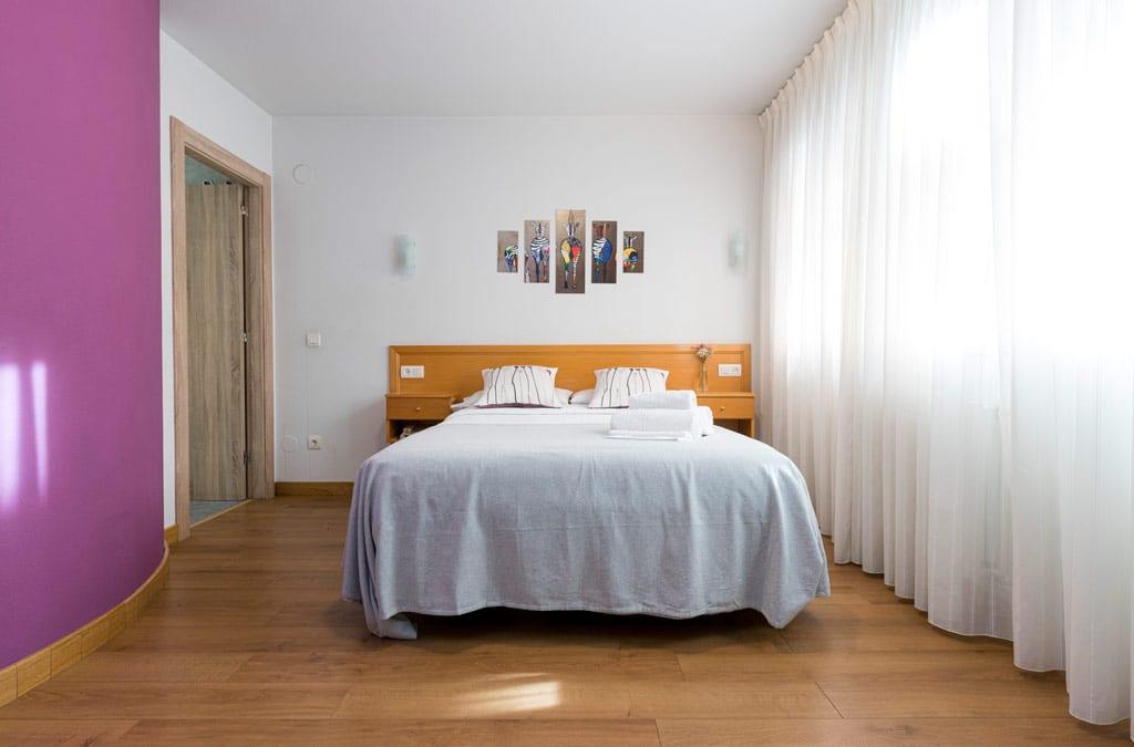 Habitacion matrimonial con baño reformadas en Hotel Costa Verde